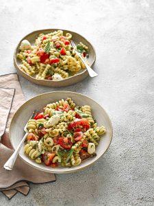 snelle Pastasalade met mozzarella, kappertjes en tomaten
