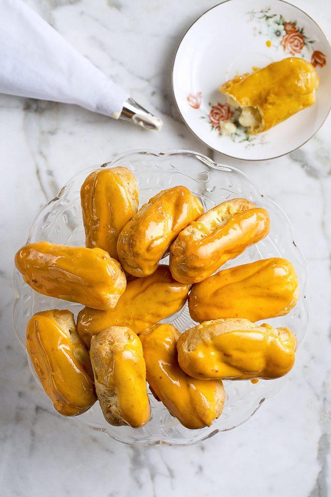 Sinaasappel-éclairs met wortelglazuur