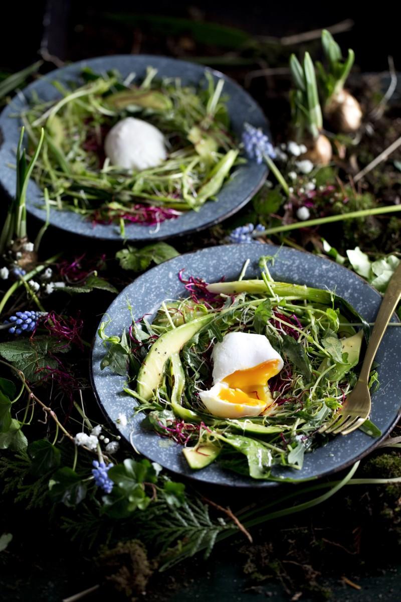 Saladenestje met gepocheerd ei
