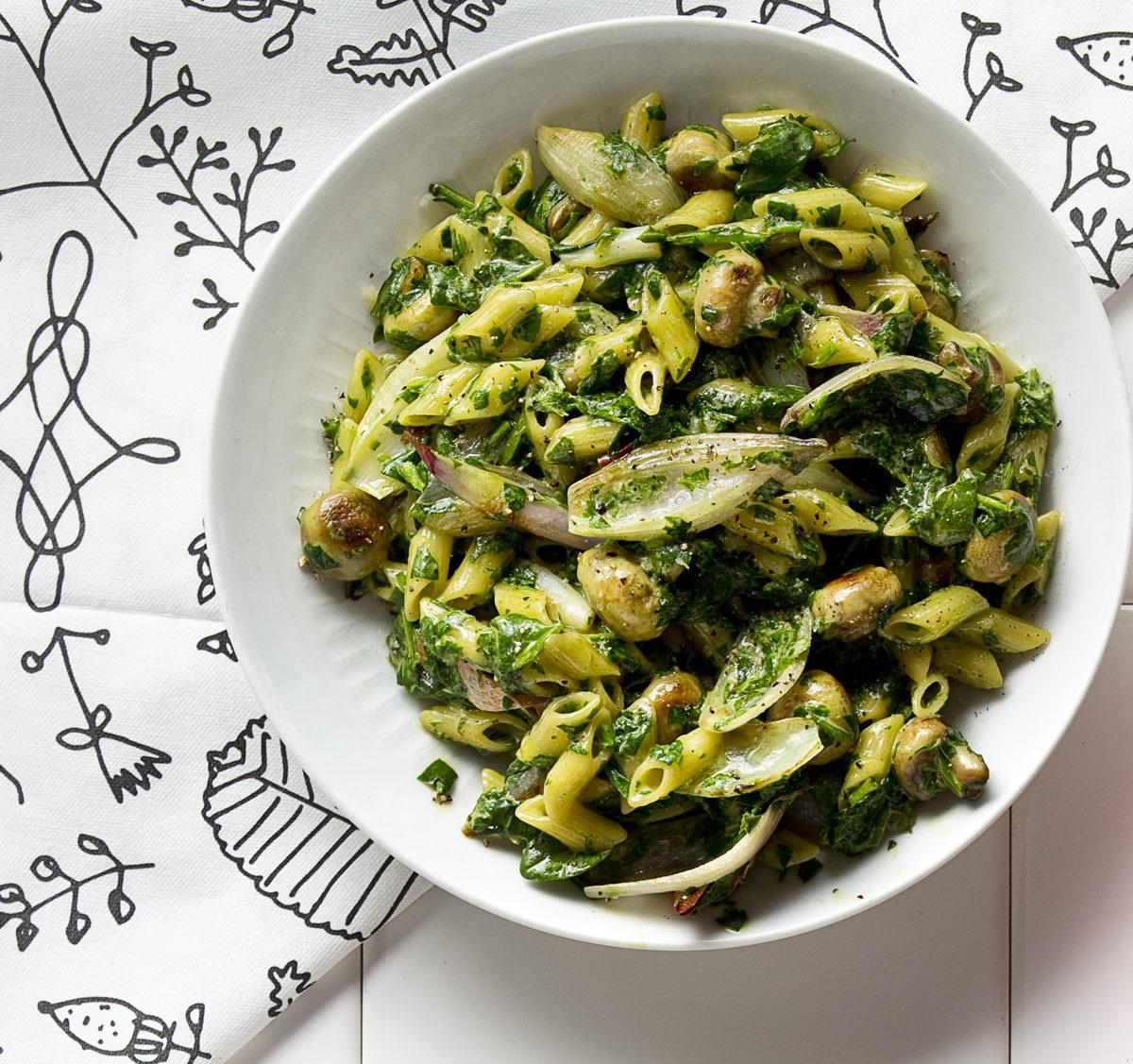 Champignons en sjalotten met spinazie en penne