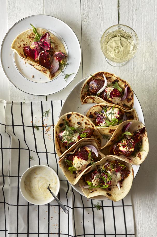 Tortilla's met gepofte bieten, yoghurt en mosterd