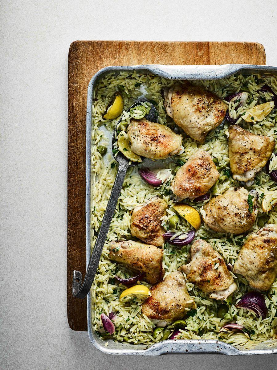 Kip met citroen, olijven en orzo uit de oven
