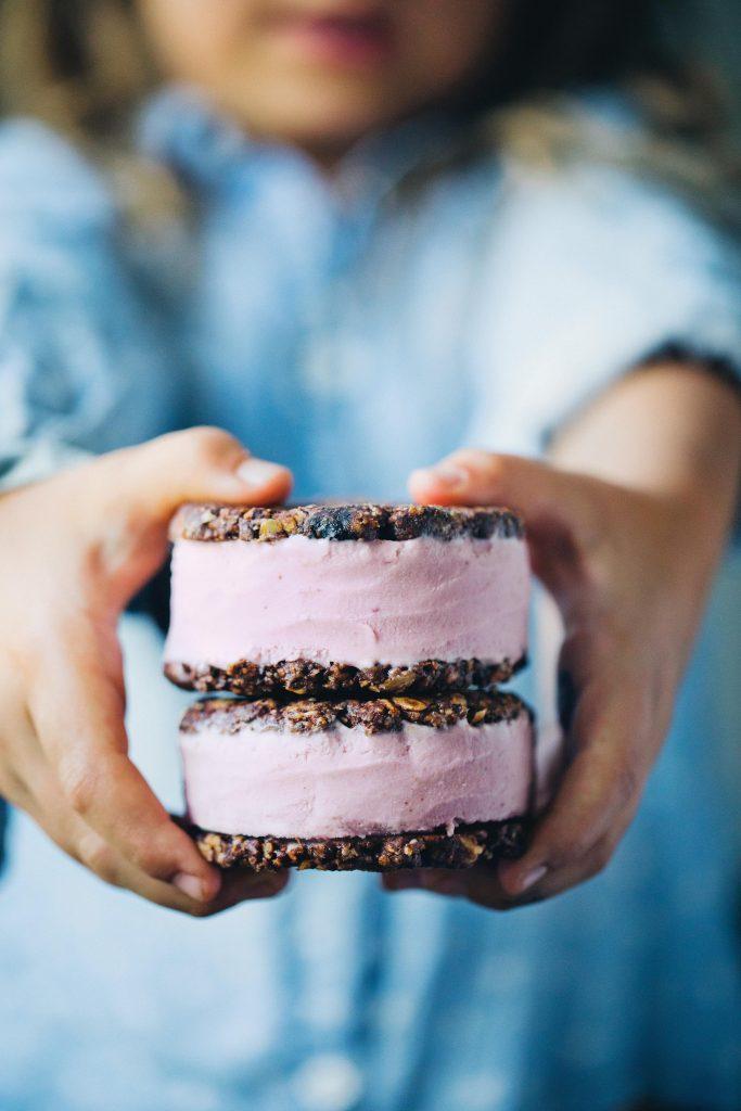 IJssandwiches met chocolade-haverkoekjes