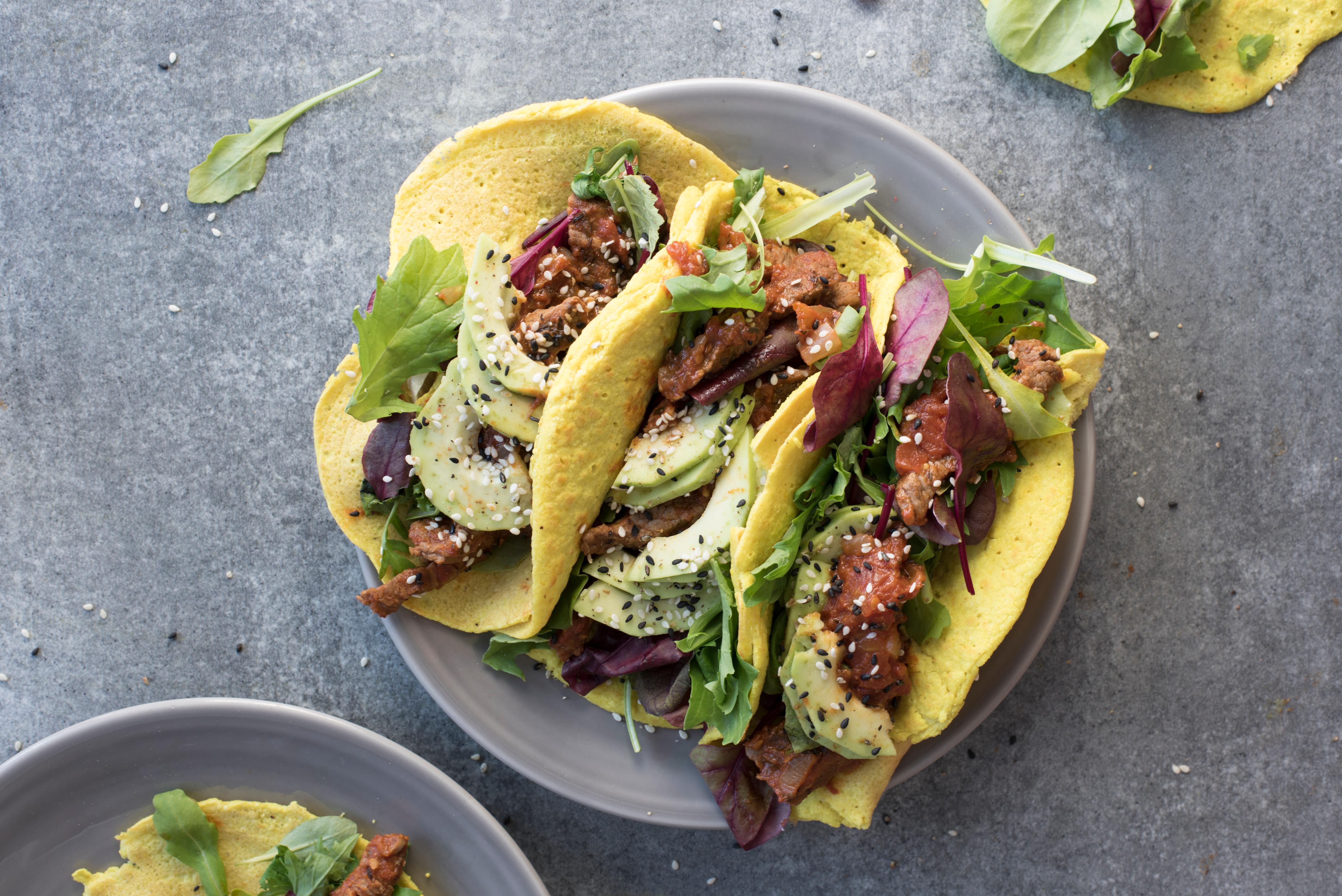 Taco met pittige kipsalade en avocado