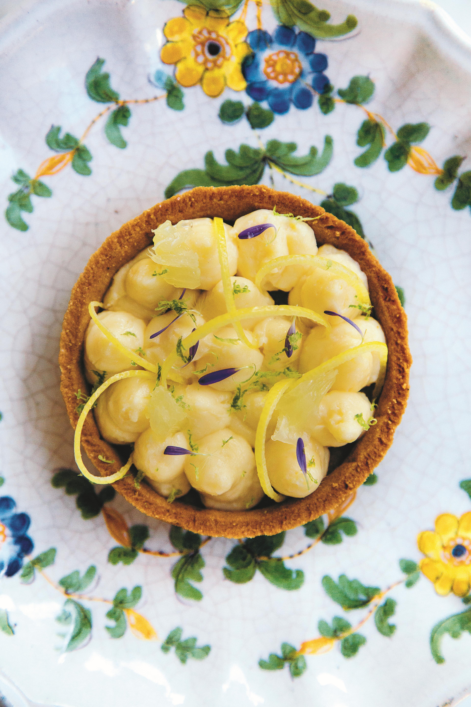 Citroentaart met citroen-basilicumroom en grapefruit
