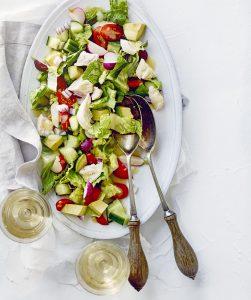 salade met kip, avocado en radijs