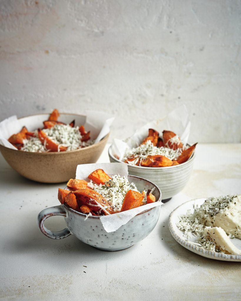 Zoete-aardappelchips met halloumi en munt