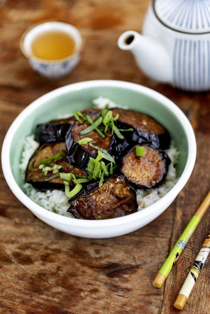 Gebakken aubergine met sojasaus en knoflook