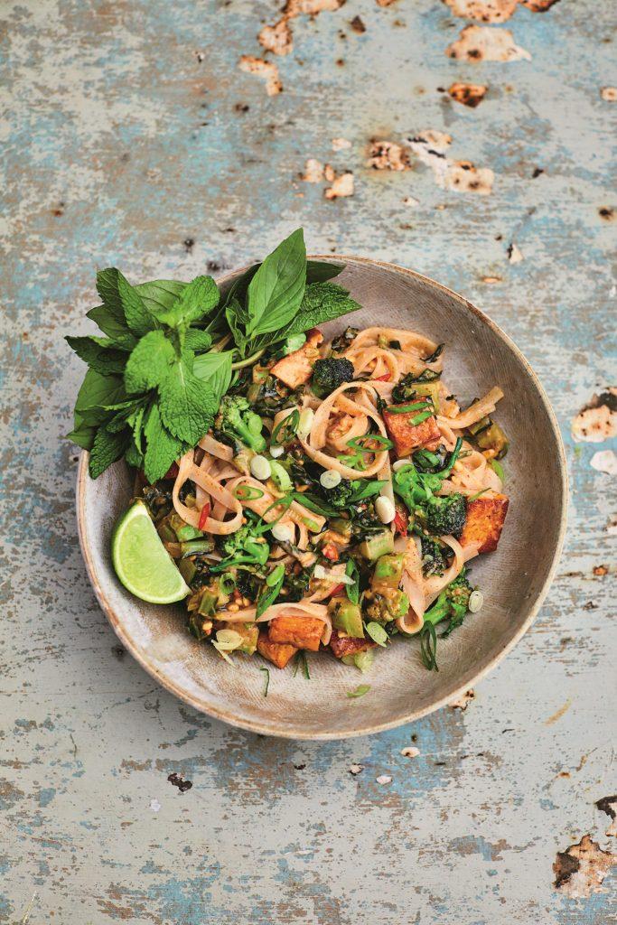 pad thai met paarse broccolini en pindasaus
