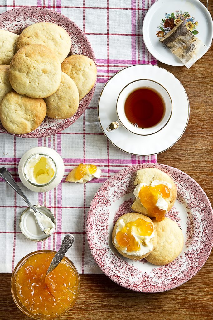 Scones met clotted cream en abrikozenjam