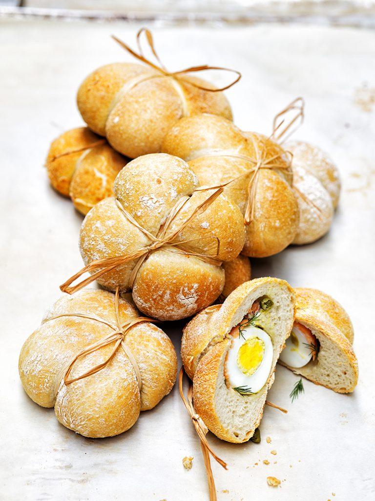 Gevuld paasbrood met ei en zalm