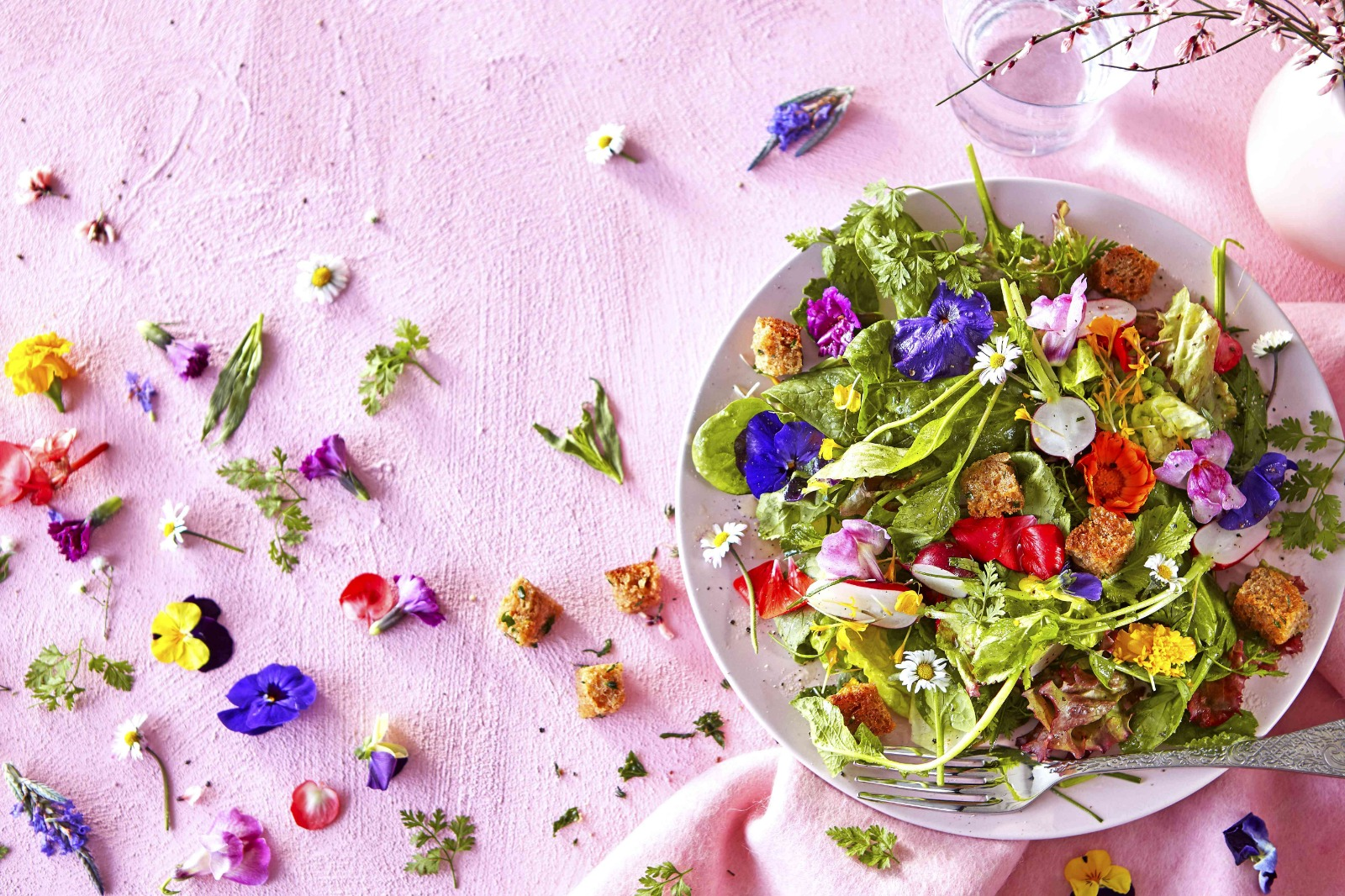 Salade van kruiden en bloemen