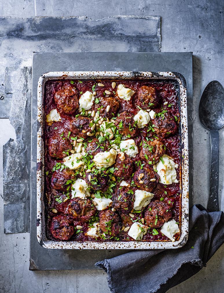 Griekse schotel met lamsgehaktballetjes, feta en tomaat