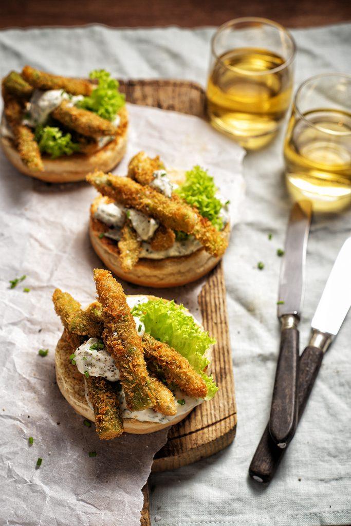 Gefrituurde asperges op toast met kruidenmayonaise