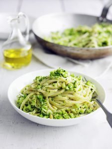 Broccolipasta met pijnboompitten snelle pasta