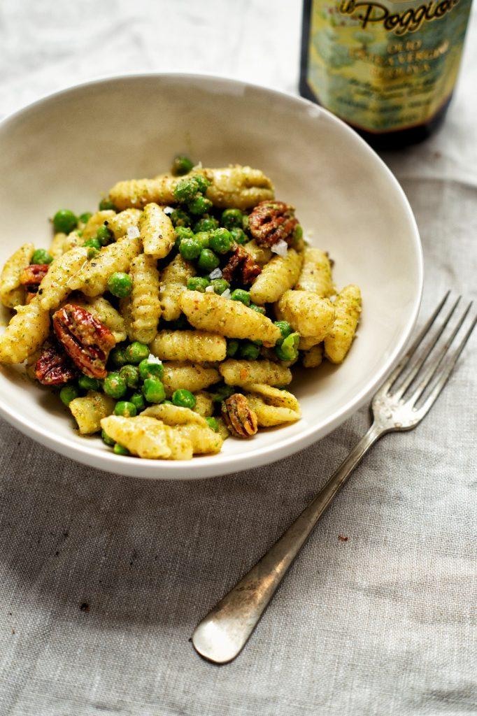 Gnocchi sardi met basilicumpesto en erwtjes
