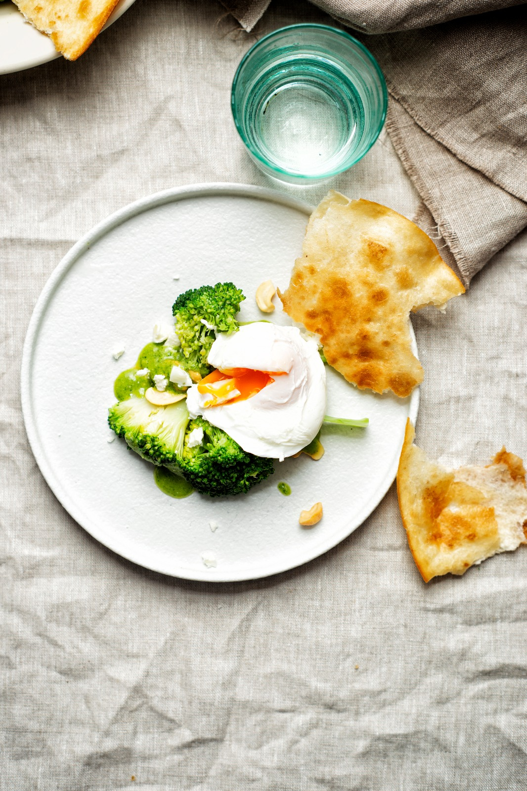 Broccoli met cashew-fetapesto en gepocheerd ei