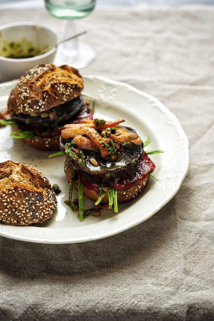 Portobelloburger met krokante halloumi en rucolapesto