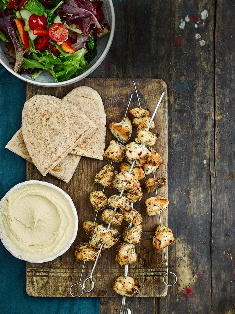Kipsouvlaki met salade, hummus en pita