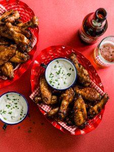 Sticky wings met blue-cheese dip