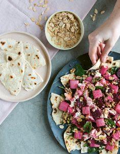 Salade met gebakken rabarber, feta, rode biet & platbrood