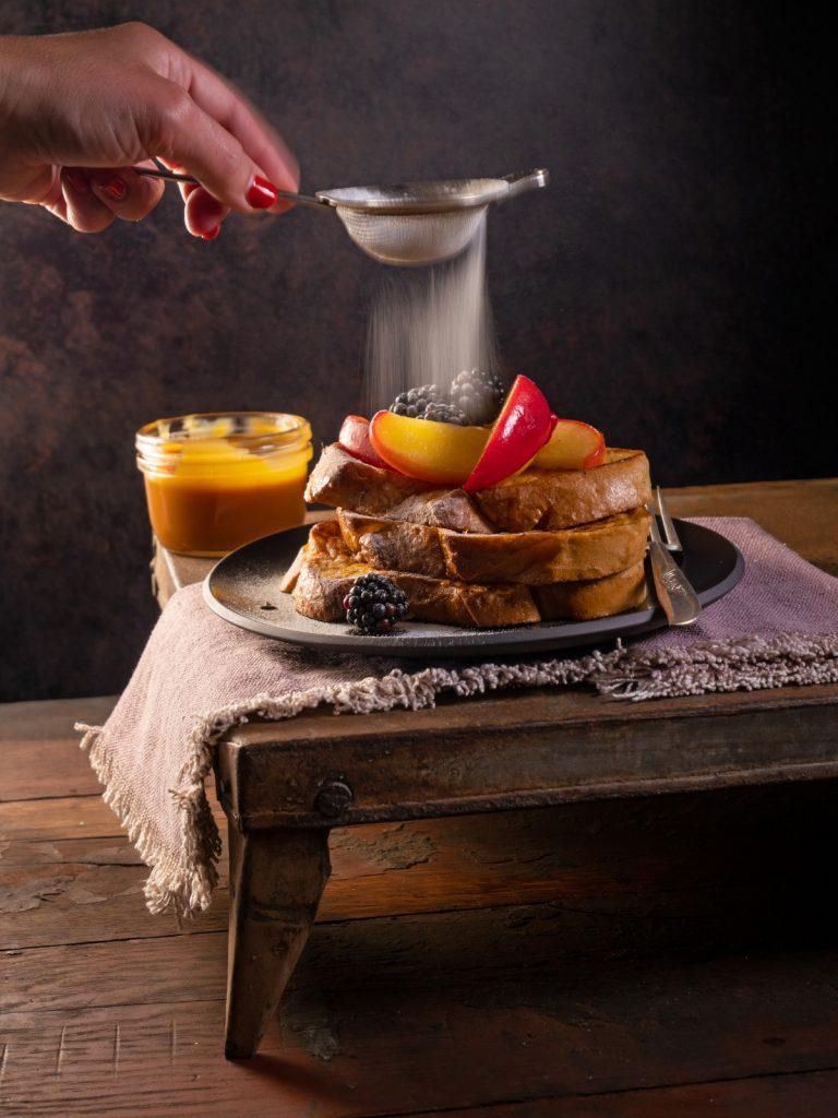 Wentelteefjes met gebakken appel en whisky-karamelsaus