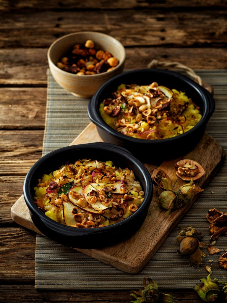 weekmenu: Zuurkoolovenschotel met appel, ui en gemengde noten