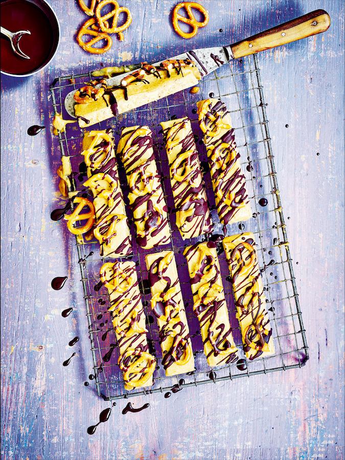 Vegan chocolade-karamelrepen met amandel & pretzels