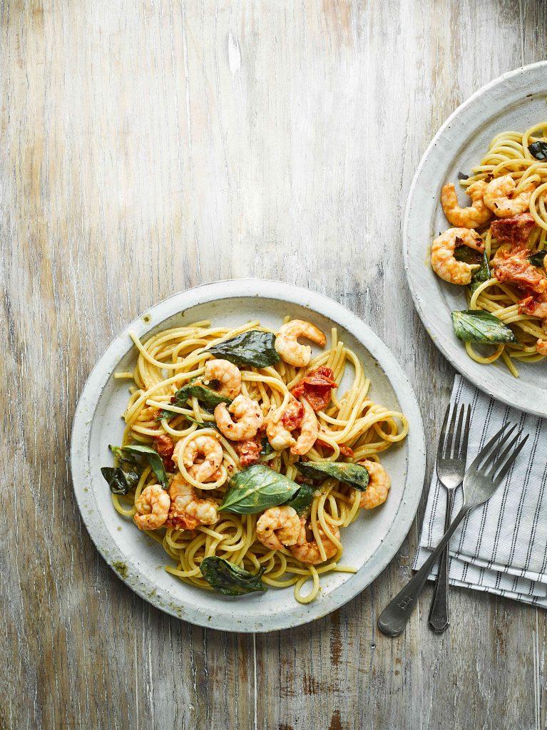 Spaghetti met grote garnalen, cherrytomaten en basilicum