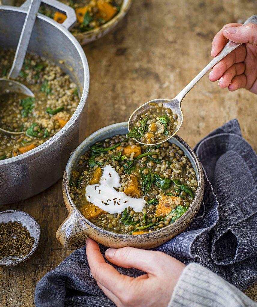 Pompoen-linzensoep met spinazie