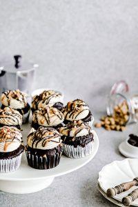 Chocoladecupcakes met peanut butter-salted caramel-meringuetopping