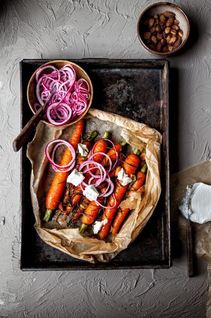 Wortels met rozemarijn, geitenkaas, zoetzure rode ui