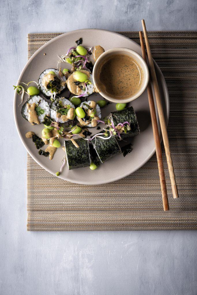 Sushi met sperziebonen, tofu-norisaus en edamame