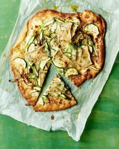 Pizza bianca met groene asperges en brie