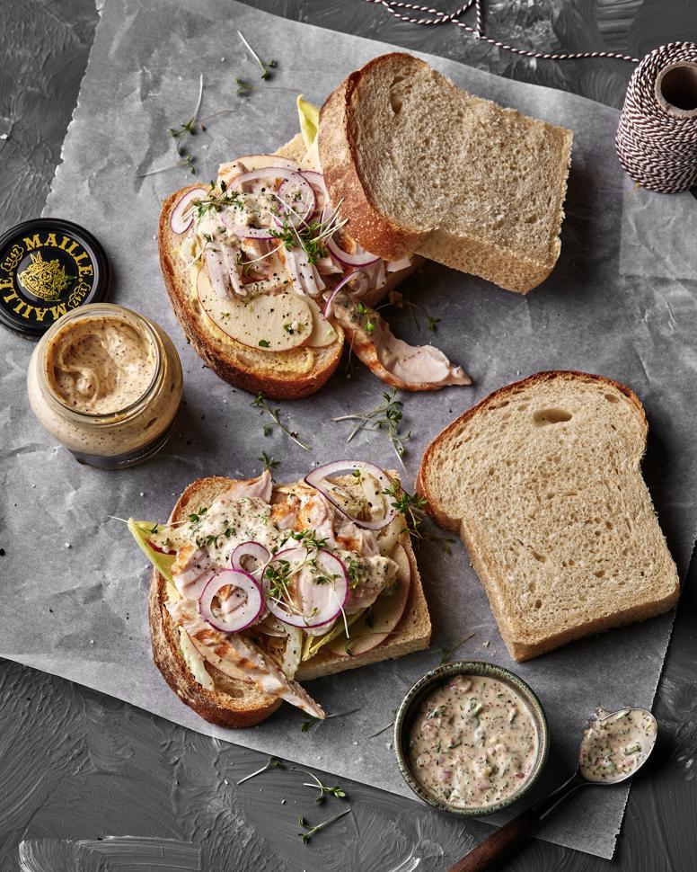 sandwich met gerookte kip, appel en mosterddressing