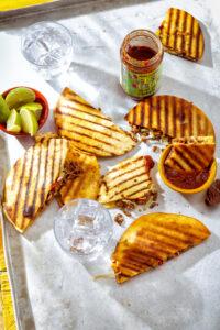 Mexicaans feestje: Tortilla-tosti met pittig gehakt en kaas