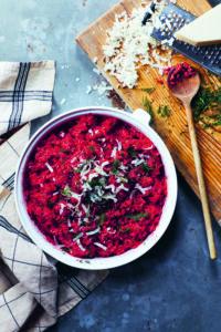 foolproof uit één pan Bietenrisotto uit de oven met pecorino, karwij en dille
